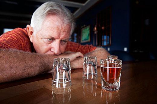 пьющий алкоголь мужчина